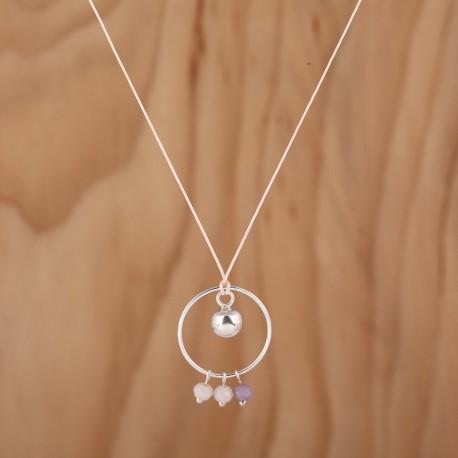 Collier boule avec un cercle en argent et des perles en verre teinté poudre et parme