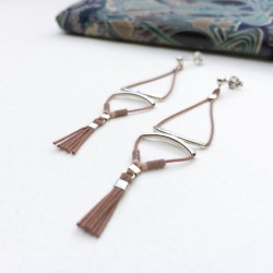 Boucle d'oreille double tube courbé perle Miyuki et mini pompon nude